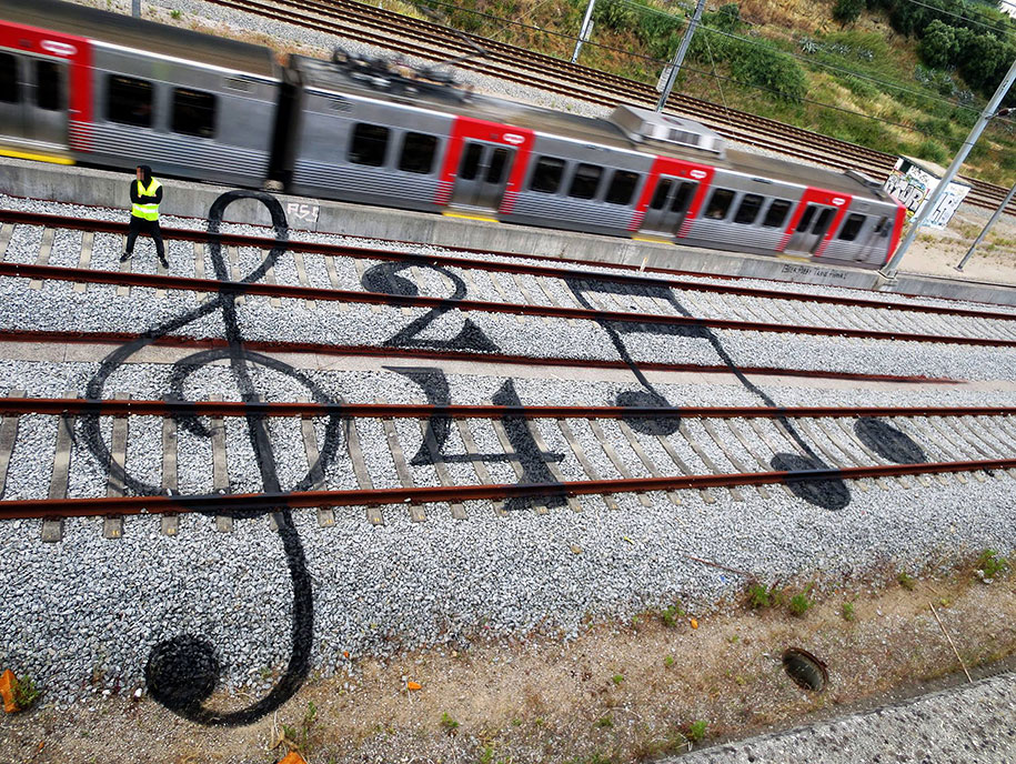 train-tracks-railway-portugal-street-art-artur-bordalo-2