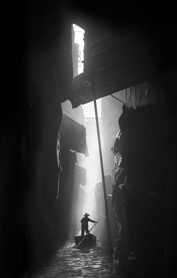 hong-kong-black-and-white-street-photography-ho-fan-23