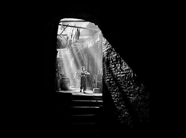 hong-kong-black-and-white-street-photography-ho-fan-27