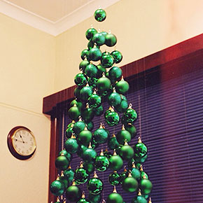 People Use Flowers To Decorate Their Christmas Trees And It's ...