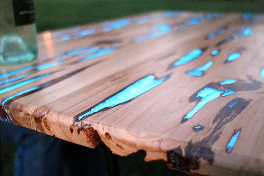 Awesome diy table with glow in the dark resin - Glow in the dark resin table ...