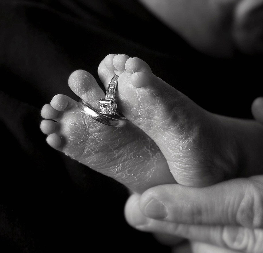 tragic-photographs-of-parents-giving-their-last-goodbye-to-their-lost-babies-8