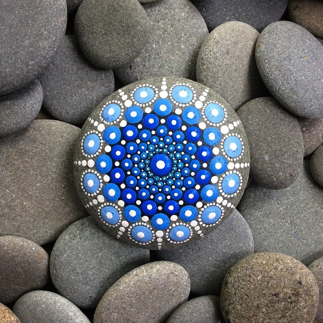 artist turns ocean stones into tiny mandalas by painting colourful dot patterns. Black Bedroom Furniture Sets. Home Design Ideas
