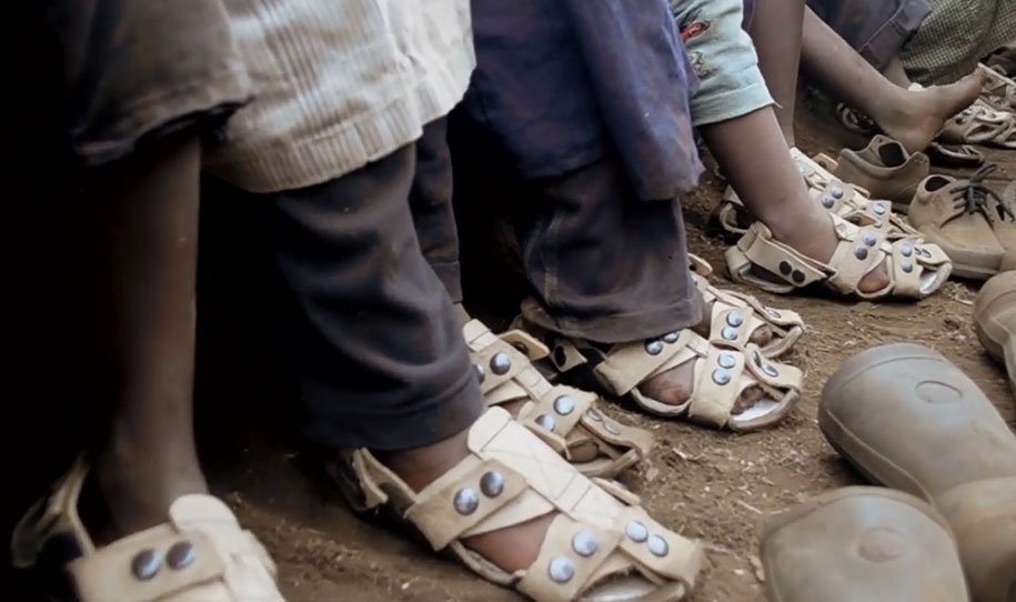 five-years-sizes-children-shoe-that-grows-because-international-09