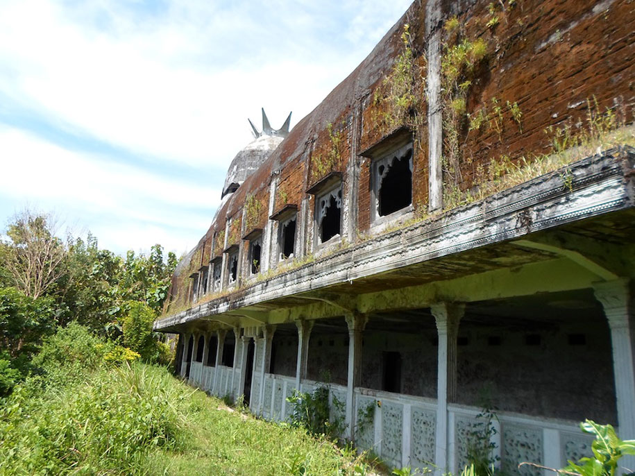abandoned-prayer-house-jungle-chicken-church-daniel-alamsjah-indonesia-9