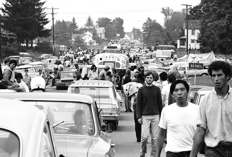 crazy-things-woodstock-festival-photography-12