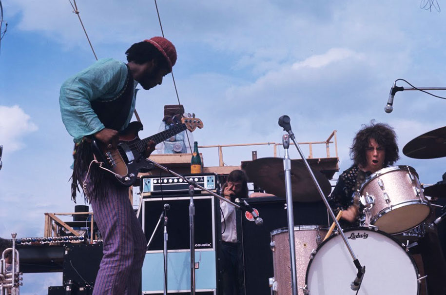 crazy-things-woodstock-festival-photography-19