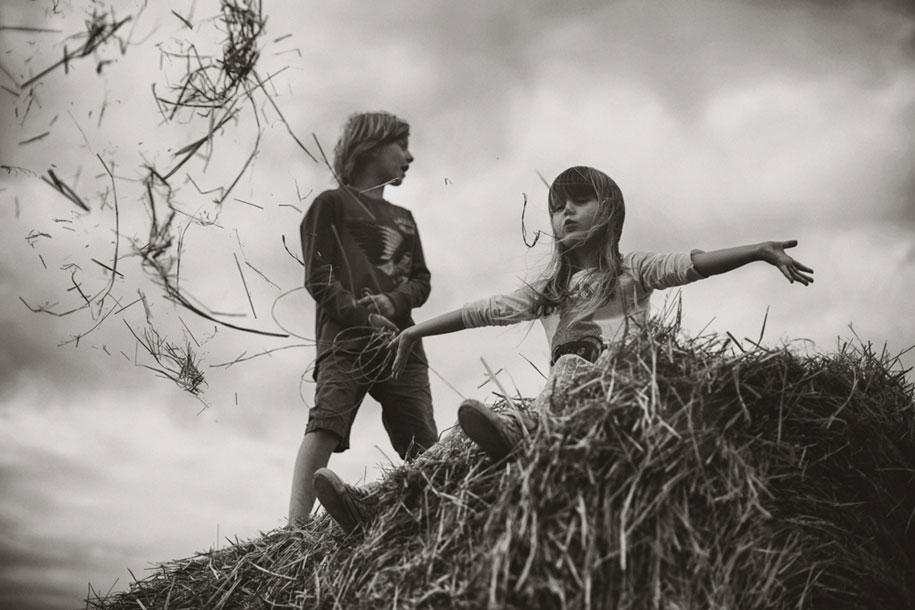 idyllic-summers-village-children-play-summertime-izabela-urbaniak-1