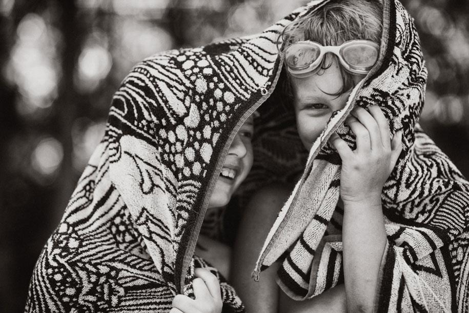 idyllic-summers-village-children-play-summertime-izabela-urbaniak-5