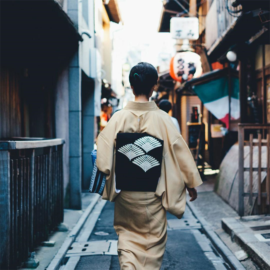 japanese street photographer captures the beauty of