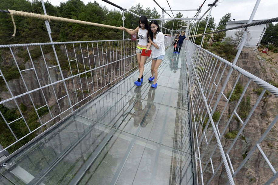 longest-glass-walkway-bridge-scary-shiniuzhai-geopark-china-13