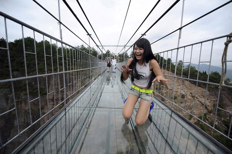 longest-glass-walkway-bridge-scary-shiniuzhai-geopark-china-4