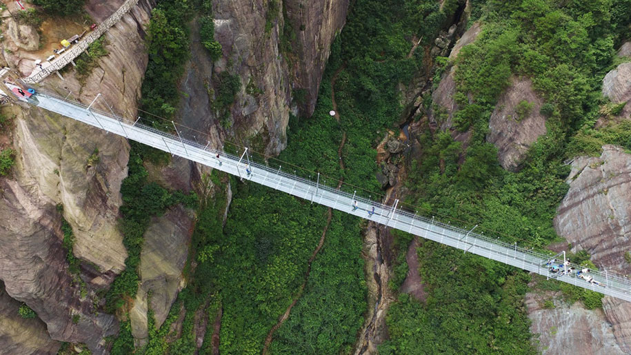 longest-glass-walkway-bridge-scary-shiniuzhai-geopark-china-6