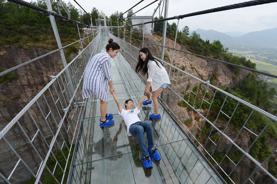 longest-glass-walkway-bridge-scary-shiniuzhai-geopark-china-8