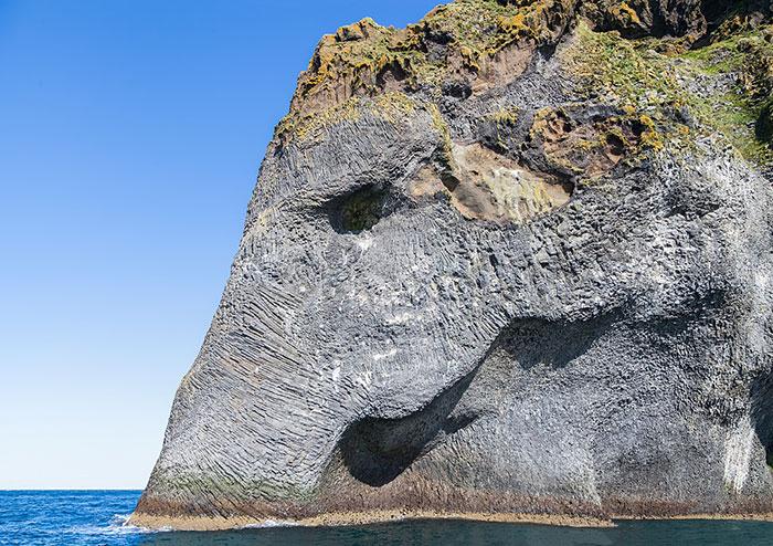 stunning-elephant-rock-formation-cliff-heimaey-iceland-2