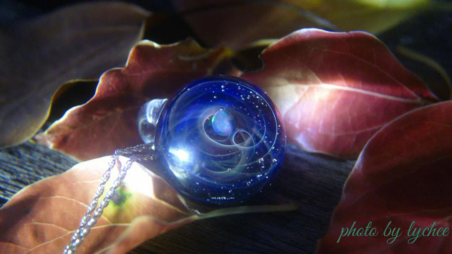 planets-galaxy-glass-pendants-space-glass-satoshi-tomizu-11