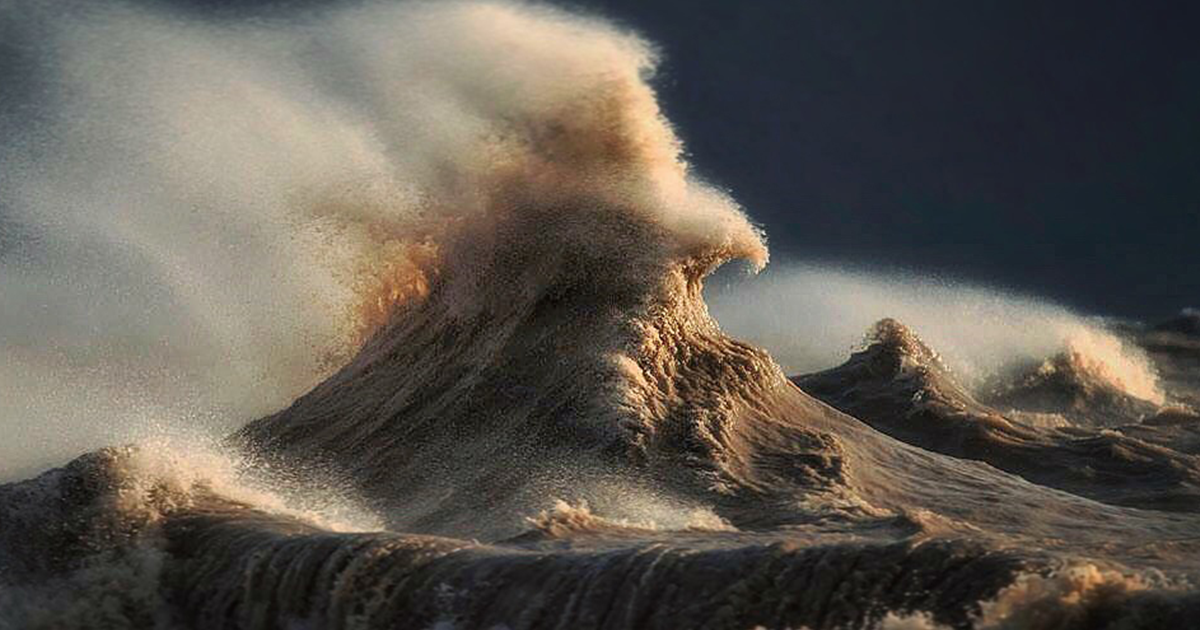 Photographer Captures The Magnificent Waves Of Lake Erie