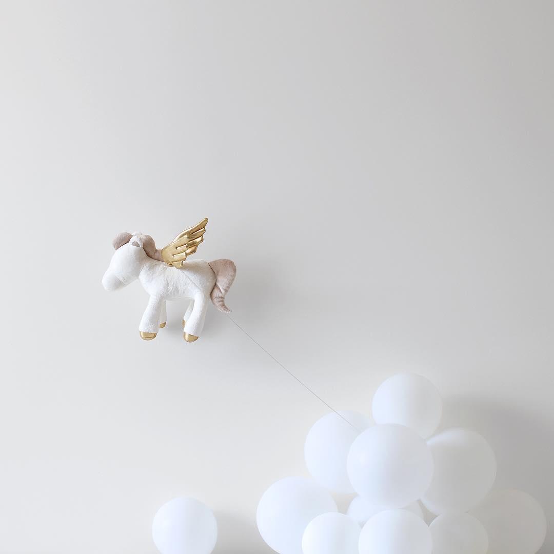 minimal-photography-funny-balloons-peechaya-burroughs-5