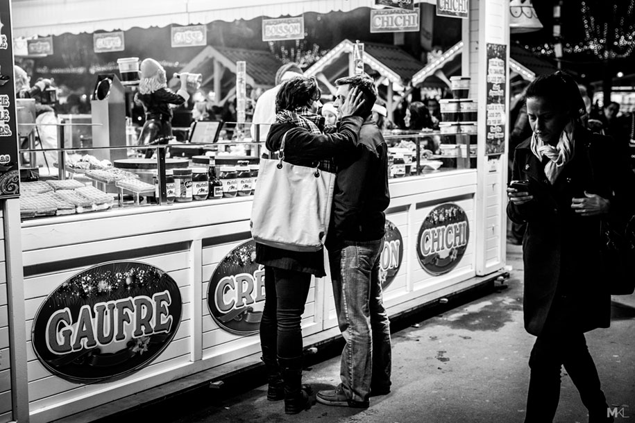 couples-kissing-hugging-public-spaces-black-white-photography-mikael-theimer-14