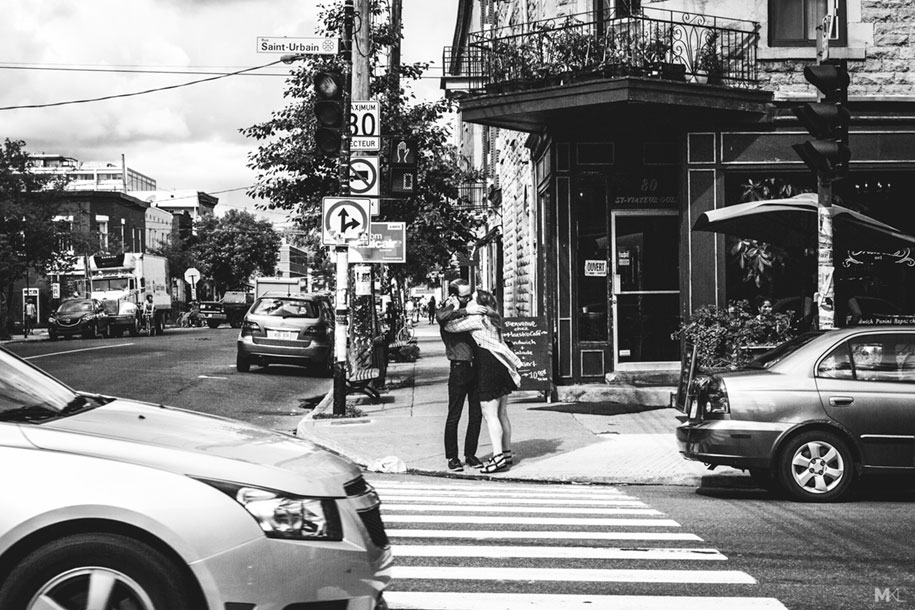 couples-kissing-hugging-public-spaces-black-white-photography-mikael-theimer-4