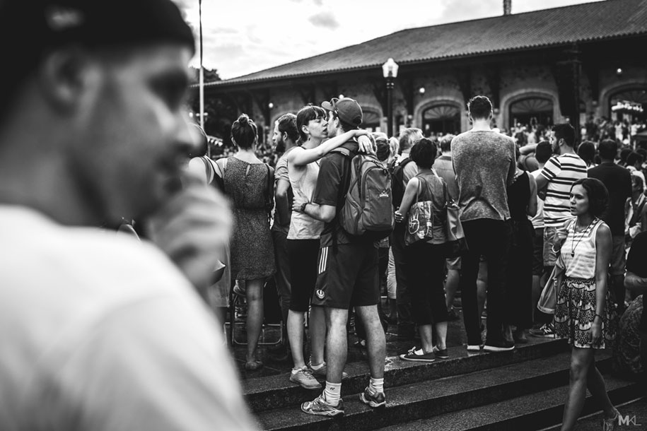 couples-kissing-hugging-public-spaces-black-white-photography-mikael-theimer-5