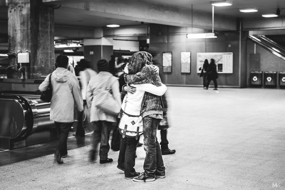 couples-kissing-hugging-public-spaces-black-white-photography-mikael-theimer-6