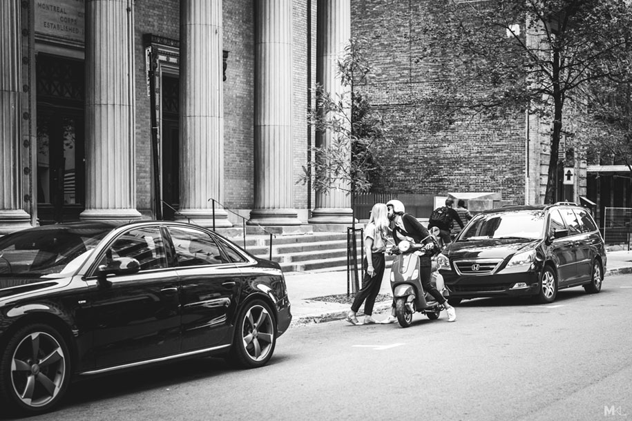 couples-kissing-hugging-public-spaces-black-white-photography-mikael-theimer-9