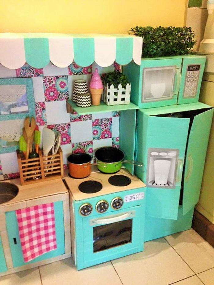 mom-makes-mini-diy-cardboard-kitchen-for-toddler2