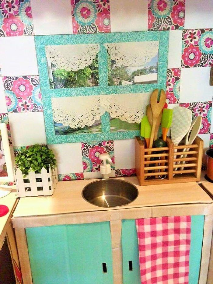 mom-makes-mini-diy-cardboard-kitchen-for-toddler3