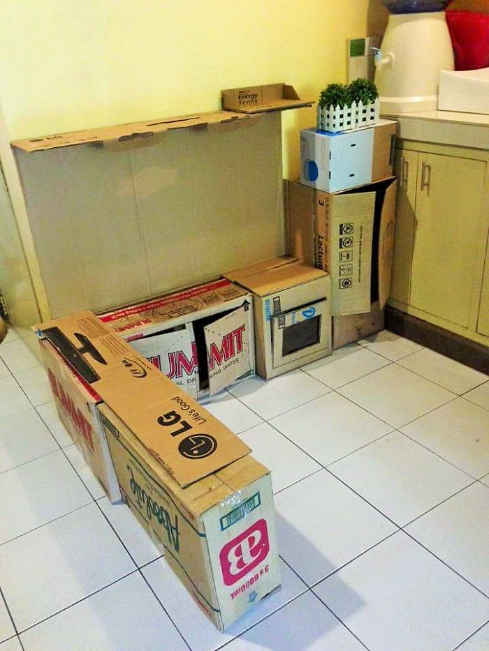 This mom upcycled cardboard boxes into a mini kitchen for for Cucina giocattolo fai da te