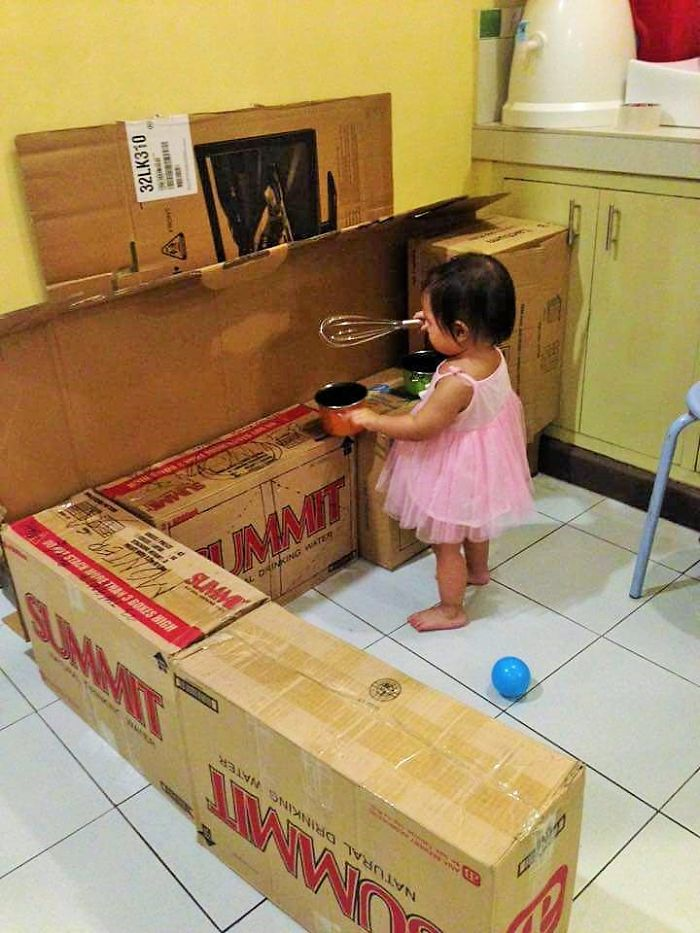 mom-makes-mini-diy-cardboard-kitchen-for-toddler8