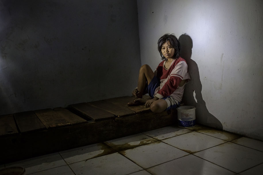 shocking-photos-mental-illness-taboo-indonesia-andrea-star-reese-3-13