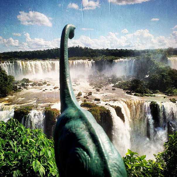 travel-photography-optical-illusions-dinosaur-toys-dinodinaseries-jorge-saenz-10