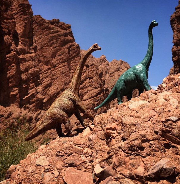 travel-photography-optical-illusions-dinosaur-toys-dinodinaseries-jorge-saenz-8