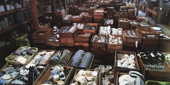 treasure-hunting-porcelain-warehouse-kouraku-kiln-japan-4