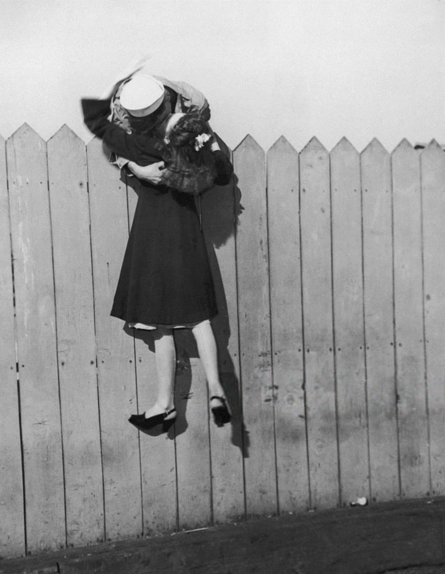vintage-ww2-photos-war-couples-kiss-love-romance-10