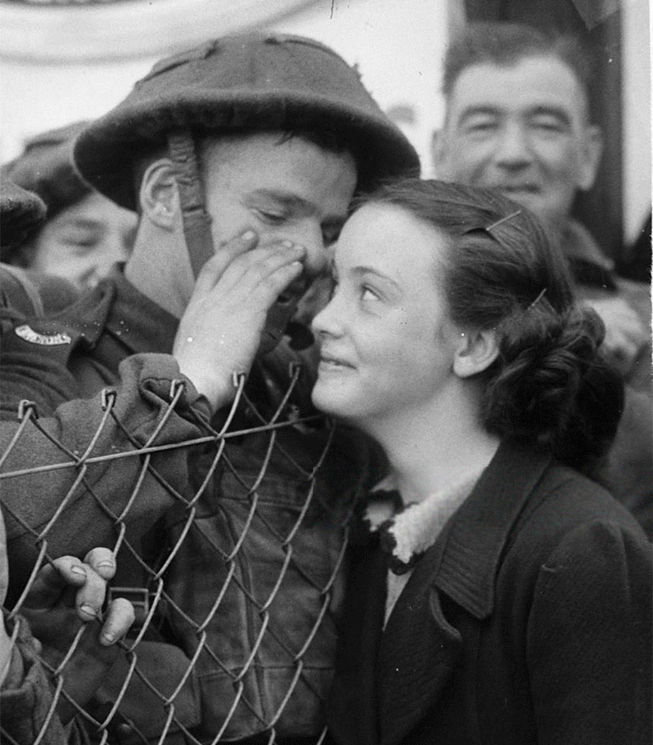 vintage-ww2-photos-war-couples-kiss-love-romance-16