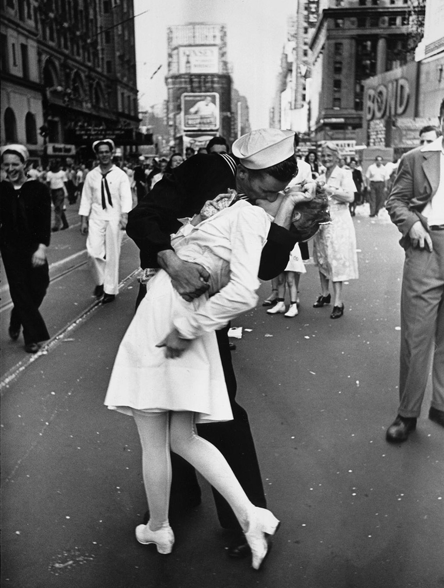 vintage-ww2-photos-war-couples-kiss-love-romance-17