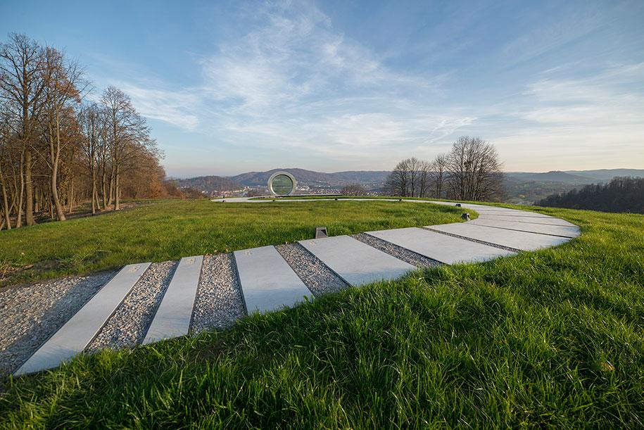 broken-lens-memorial-sculpture-fallen-photographer-gordan-lederer-nfo-5