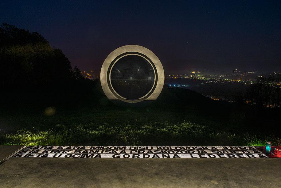 broken-lens-memorial-sculpture-fallen-photographer-gordan-lederer-nfo-7