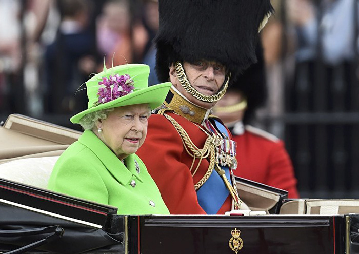 queen-elizabeth-green-screen-dress-funny-photoshop-battle-org