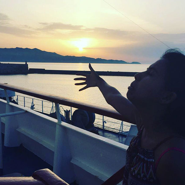 honeymoon-alone-funny-selfies-photography-huma-mobin-2