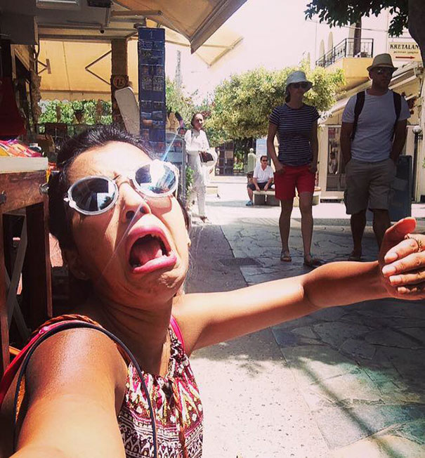 honeymoon-alone-funny-selfies-photography-huma-mobin-6