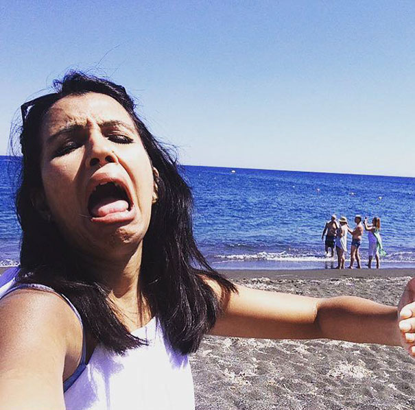 honeymoon-alone-funny-selfies-photography-huma-mobin-9