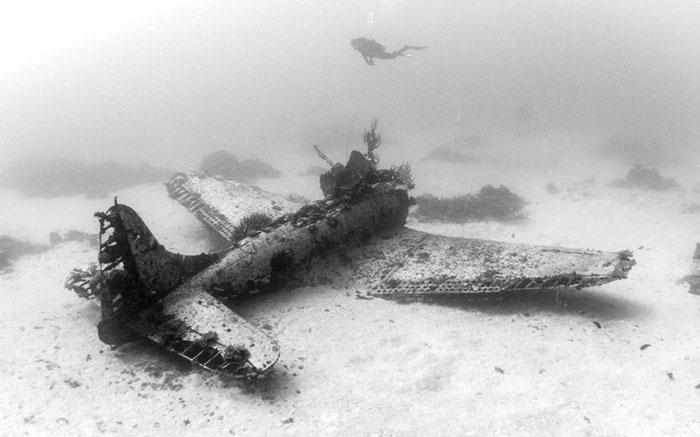 underwater-plane-graveyard-wwii-brandi-mueller-41