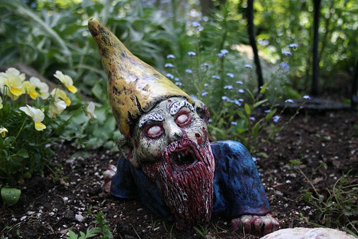 zombie-gnomes-scary-garden-decorations-revenant-fx-1