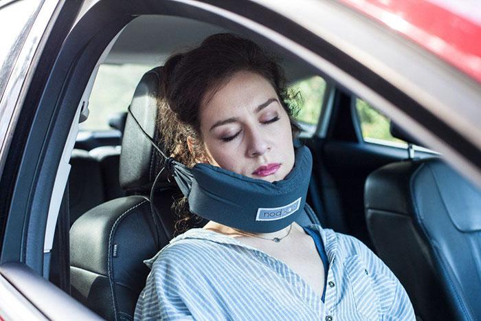 head-hammock-travel-pillow-sleep-plane-nodpod-3