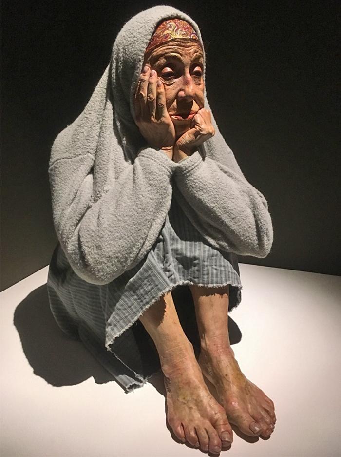 hyper-realistic-sculptures-grandmother-grandson-bilbao-12