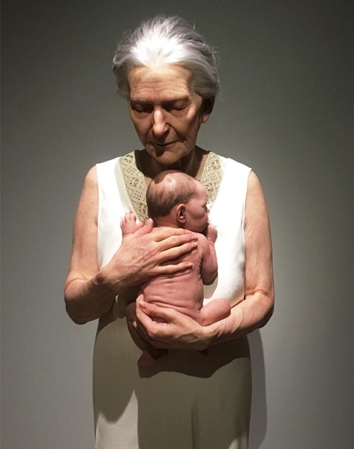 hyper-realistic-sculptures-grandmother-grandson-bilbao-3