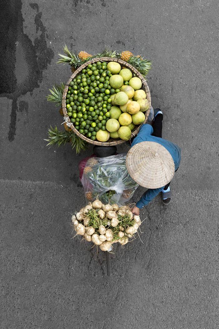 vietnamese-street-vendors-overhead-photos-hanoi-loes-heerink-12